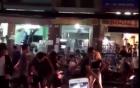 Cặp đôi ngoại quốc nhảy múa phản cảm trên phố Bùi Viện
