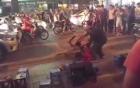2 thanh niên cầm dao hỗn chiến trên phố, một người gục tại chỗ