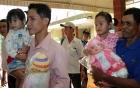 Video: Hai bé gái bị trao nhầm ở Bình Phước trở về với cha mẹ ruột sau 3 năm
