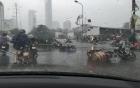 Chùm ảnh: Bão số 1 đổ bộ, gió giật mạnh, xe máy ngã la liệt ở Hà Nội