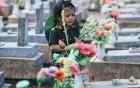 Hình ảnh em bé nấc nghẹn khi viếng mộ liệt sĩ khiến dân mạng tranh cãi