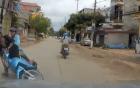 Phóng nhanh, xe máy 2 thanh niên nằm dưới bánh ô tô