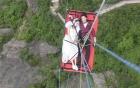 Cặp đôi chụp ảnh cưới ở độ cao 200m gây sốc