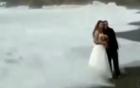 Clip: Cặp đôi bị sóng đánh ngã lăn vì chụp ảnh cưới trên bãi biển