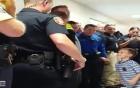 Đội cảnh sát Mỹ thay đồng nghiệp hy sinh đưa con trai đến trường