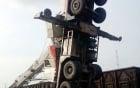 Cần cẩu 18 tấn đổ sập, xe cẩu treo ngược trên không