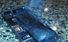 iPhone 7 bốc khói nghi ngút khi cán bằng máy ép thủy lực