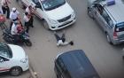 Xe cứu thương đánh võng, lạng lách gây tai nạn trên phố đông người 1