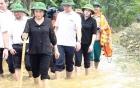 Chủ tịch Quốc hội xắn quần, lội nước thăm người dân vùng lũ