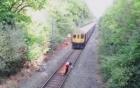 Video: Thót tim nhân viên đường sắt lao mình cứu người trước mũi tàu