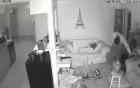 Trộm táo tợn chĩa súng, lục tung nhà trong khi chủ ngủ trên sofa