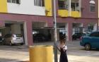 Bỏ học, nữ sinh Malaysia bị mẹ xích vào cột đèn