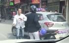 Va chạm giao thông, tài xế taxi hùng hổ đẩy người phụ nữ xuống đường