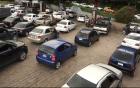 Người dân biên giới Venezuela khốn khổ xếp hàng chờ mua xăng