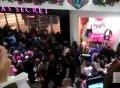 Kinh hoàng cảnh tượng chen lấn, cướp giật hàng giảm giá ngày Black Friday