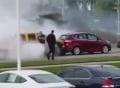 Người qua đường phang vỡ kính xe vì ôtô đốt lốp mù mịt