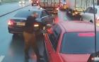 Nổi giận vì bị tạt đầu, tài xế xe sang dùng hơi cay để trả đũa