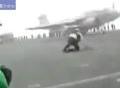 Thợ cơ khí bị thổi bay khi đứng gần máy bay phản lực lúc cất cánh