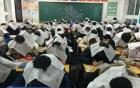 Học sinh đội báo lên đầu để chống gian lận thi cử