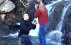 Cầu hôn bên thác nước, cặp đôi xui xẻo đánh rơi mất nhẫn