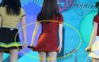 Ca sĩ Hàn khổ sở trình diễn với váy quá ngắn