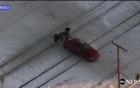 Giải cứu ô tô mắc kẹt ở đường ray trước khi đoàn tàu lao tới
