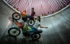 Cô gái Indonesia lái mô tô bay điêu luyện