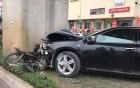 Toyota Camry ép nát xe máy vào trụ đường sắt trên cao ở Hà Đông