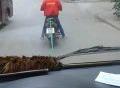Xe máy kéo ô tô giữa phố Hà Nội