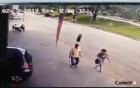 Đi bộ trên vỉa hè bị chiếc lốp xe bay thẳng vào đầu, ngã sấp mặt