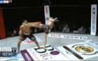 Trêu ngươi đối thủ, võ sĩ MMA dính cú đá sấp mặt