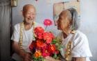 Cụ ông gần 90 tuổi mua hoa tặng vợ liệt giường gây xúc động