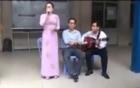 Cô giáo và học sinh đồng ca hát