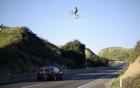 Mô tô vụt bay qua cao tốc khiến người đi đường hoảng sợ