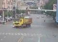 Người đi xe máy sống sót thần kỳ khi bị xe tải
