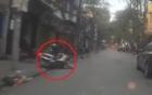 Video: Chống hụt chân, hai mẹ con ngã nhào trên vỉa hè