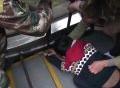 Lính cứu hỏa giải cứu bé 6 tuổi kẹt tay vào thang cuốn