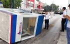 Xe tải chở sắt kéo sập cabin trạm thu phí, nữ nhân viên bị thương