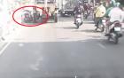 Video: Cố bon chen khi lái xe, người đàn ông nhận cái