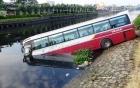 Xe khách húc bay lan can, cắm đầu xuống kênh Tàu Hủ