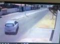 Bị cột điện đổ trúng đầu sau khi đâm vào xe ô tô