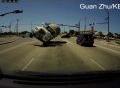 Xe bồn chở xi-măng lật vì tránh xe khác ở ngã tư