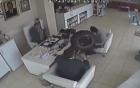 Lốp ô tô bay vào tận phòng, đập vỡ mặt người đàn ông đang ngồi họp
