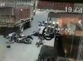 Tài xế mở cửa ôtô không quan sát, hất xe máy chở học sinh vào gầm xe tải