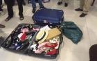 Vali đầy búp bê và quần áo trẻ em của bác sĩ 69 tuổi bệnh hoạn, lạm dụng 4 bé gái