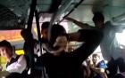 Sàm sỡ trên xe buýt, yêu râu xanh bị 2 cô gái rút thắt lưng quật túi bụi