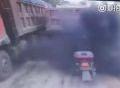 Xe tải xì khói đen phủ kín người đi xe máy
