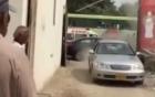 Ôtô đỗ chắn ngõ bị xe tông đến bẹp cửa