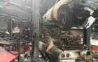 Gara ô tô bốc cháy ngùn ngụt, siêu xe trơ khung