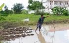 Rủ nhau đi tắm mưa, 2 chị em trượt xuống hố nước sâu tử nạn
